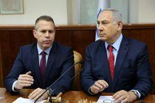 رئيس الوزراء الاسرائيلي بنيامين نتانياهو ووزير العدل جلعاد اردان خلال اجتماع حكومي في القدس في 10 نيسان/ابريل 2016