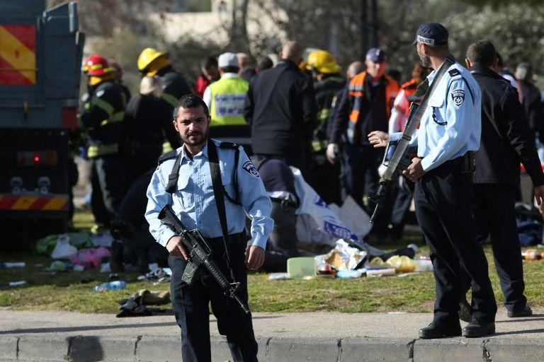 Des membres des forces de sécurité sur les lieux d'une attaque contre des soldats israéliens, le 8 janvier 2017 à Jérusalem