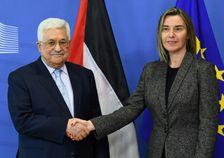 Le président palestinien Mahmoud Abbas (G) est accueilli par la cheffe de la diplomatie de l'UE Federica Mogherini le 27 mars 2017 à Bruxelles
