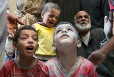 Des enfants syriens pleurent après des bombardements à Alep, le 11 octobre 2016