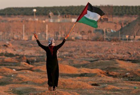 Une manifestante brandit le drapeau de la Palestine près de la frontière entre Israël et la bande de Gaza, le 2 novembre 2018