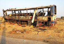 Photographie figurant sur la page facebook de l'armée égyptienne montrant un bus, qui transportait des soldats, calciné à Al-Arish, nord du Sinaï, le 20 novembre 2013