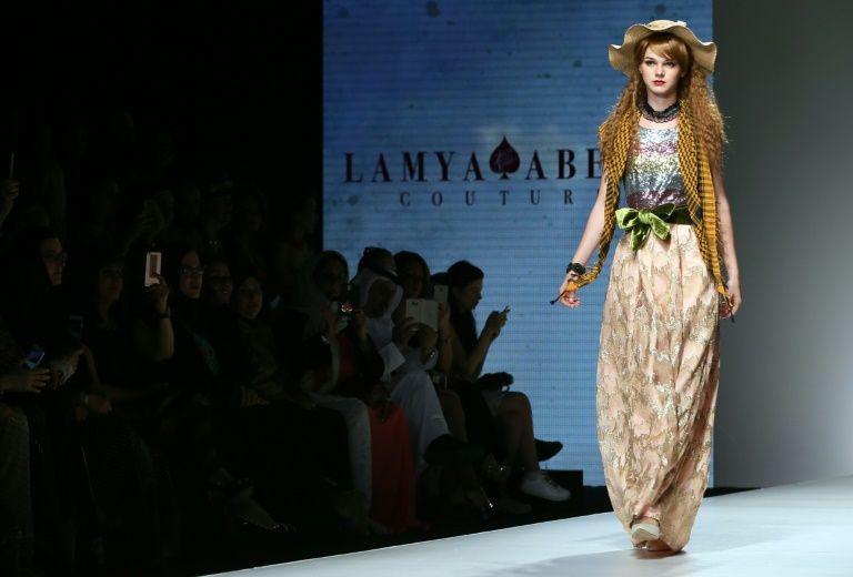 Un mannequin présente la collection de la styliste émiratie Lamya Abedin lors de l'Arab Fashion Week, le 6 octobre 2016 à Dubaï