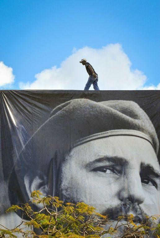 عامل يثبت صورة لفيدل كاسترو في هافانا، الاحد 27 ت2/نوفمبر 2016