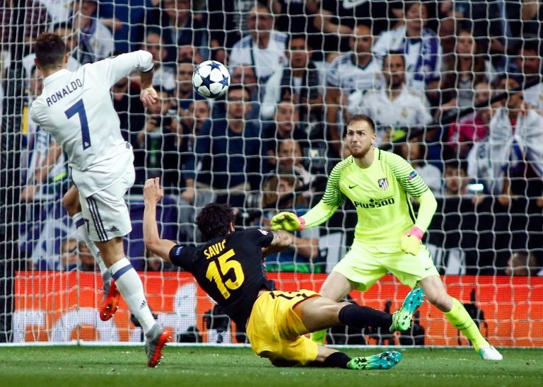 Real Madrid s forward Cristiano Ronaldo (L) shoots against Atletico  Madrid s goalkeeper Jan Oblak (R) to score on May 2 be1cc35a17f76