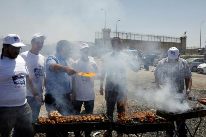Des Israéliens provoquent des prisonniers palestiniens en grève de la faim
