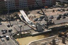 Un pont s'effondre sur une autoroute à six voies à Miami