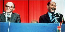 Le premier ministre israélien Menahem Begin (à gauche) et le président égyptien Anouar El-Sadate lors d'une conférence de presse commune donnée le 20 novembre 1977, à l'occasion de la visite historique du raïs à Jérusalem.