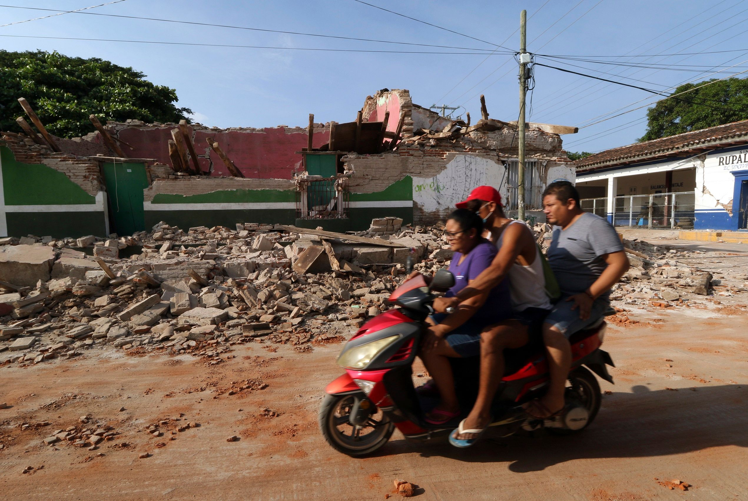 8.2 quake jolts Mexico triggers Tsunami; 32 killed