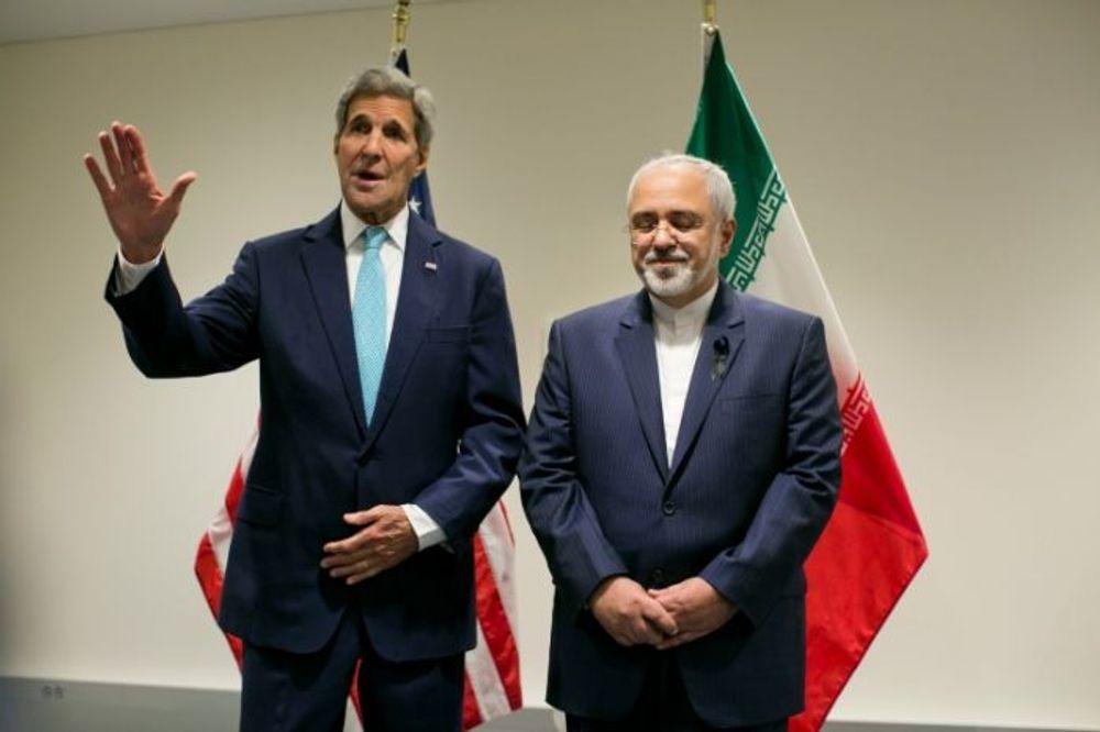 Le secrétaire d'État américain John Kerry (à gauche) a appelé son homologue iranien le ministre des Affaires étrangères Mohammad Javad Zarif (à droite), avec lequel il a noué des liens lors des négociations sur l'accord nucléaire iranien