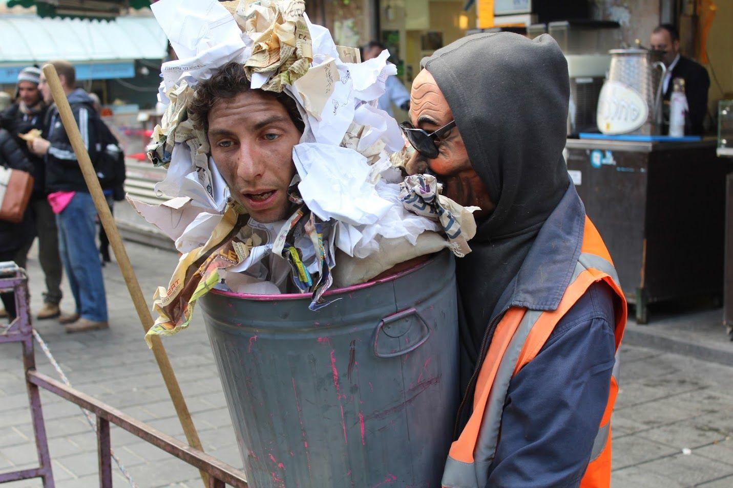 Artiste du théâtre Koré, déguisé en poubelle, Mahane Yéhouda, Jérusalem, le 28 décembre 2016