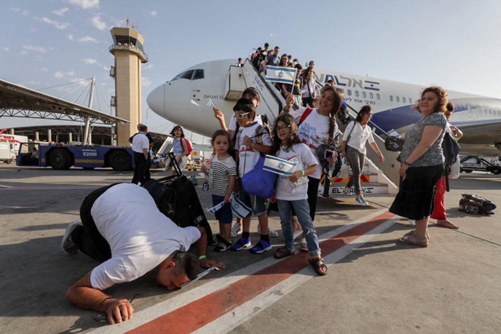 مهاجرون يهود جدد وصلوا من فرنسا وصلوا مطار بن غوريون في 10 تموز 2017