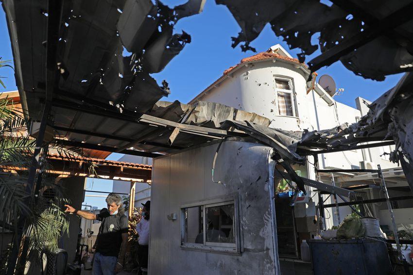 Uma casa na cidade israelense de Sderot, ao sul, vista fortemente danificada por um ataque de foguete em Gaza - em 16 de agosto de 2020