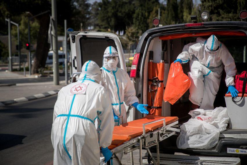 Des travailleurs du Magen David Adom portant des vêtements de protection à titre préventif contre le coronavirus vu à l'extérieur d'une maison de retraite à Jérusalem le 12 octobre 2020.