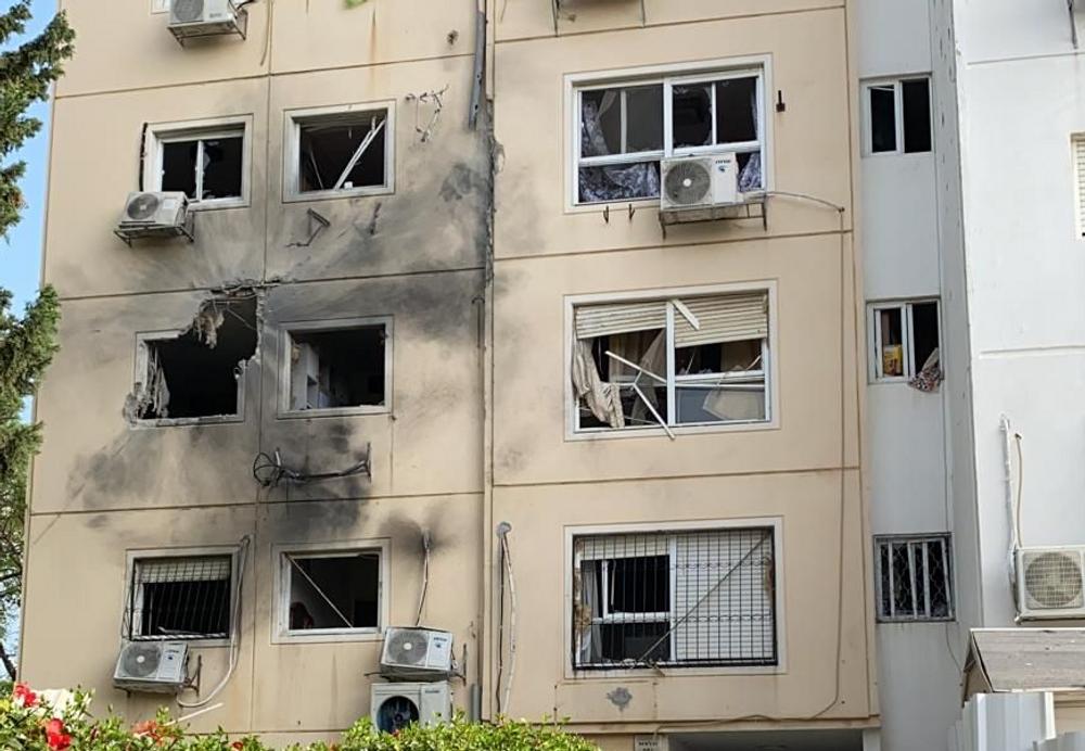 Immeuble à Ashkelon touché par un tir de roquettes, le 11 mai 2021