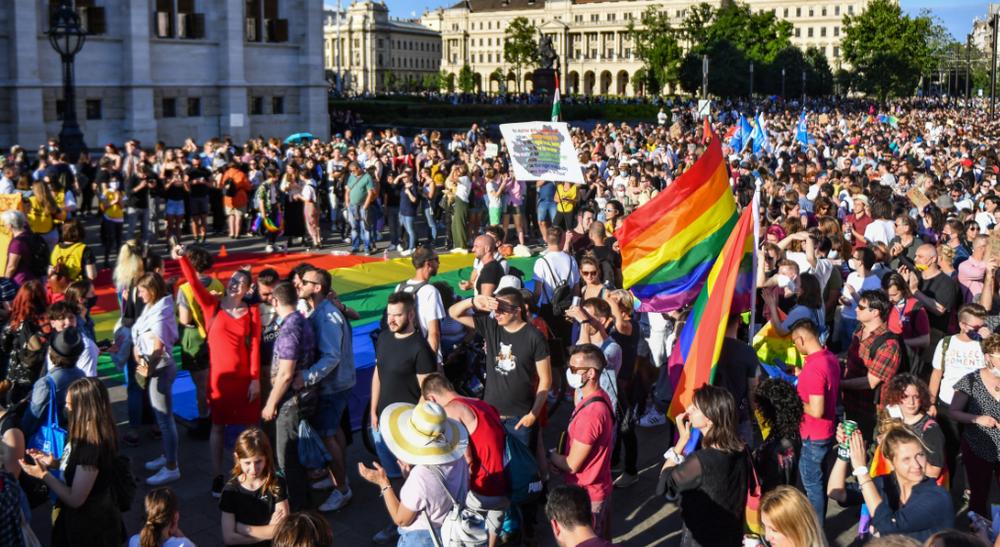"""Des participants se rassemblent près du parlement à Budapest le 14 juin 2021, lors d'une manifestation contre le projet de loi du gouvernement hongrois visant à interdire la """"promotion"""" de l'homosexualité"""