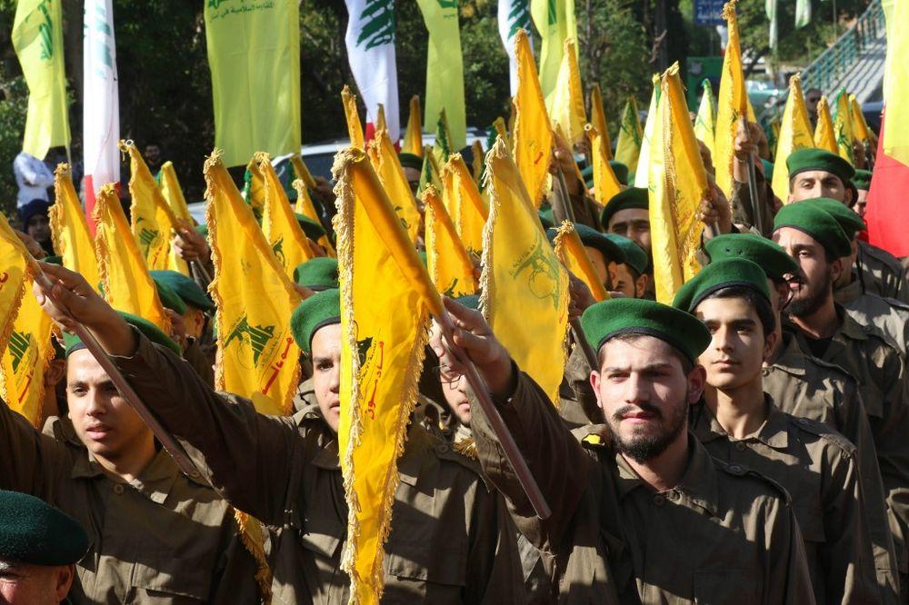 عناصر حزب الله اللبناني في بلدة الغازية الجنوبية، جنوب مدينة صيدا الساحلية