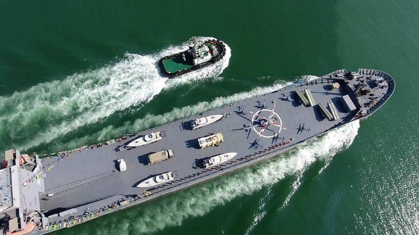سفينة حربية تحمل اسم القائد البحري  عبد الله رودكي ، وهي تبحر عبر مياه الخليج أثناء افتتاحها في 19 نوفمبر 2020 ،