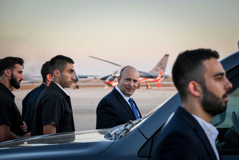 O primeiro-ministro de Israel, Naftali Bennett (centro), cercado por guarda-costas em uma cerimônia de formatura dos soldados da Força Aérea de Israel, na Base Aérea de Hatzerim, no deserto de Negev, em 24 de junho de 2021.