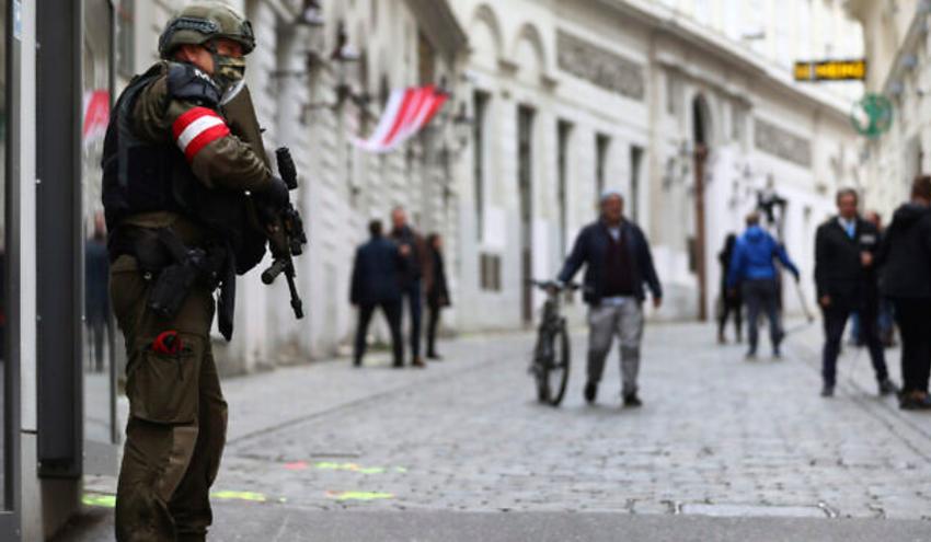 Un officier de la police militaire près d'une synagogue à Vienne, en Autriche, le 4 novembre 2020.