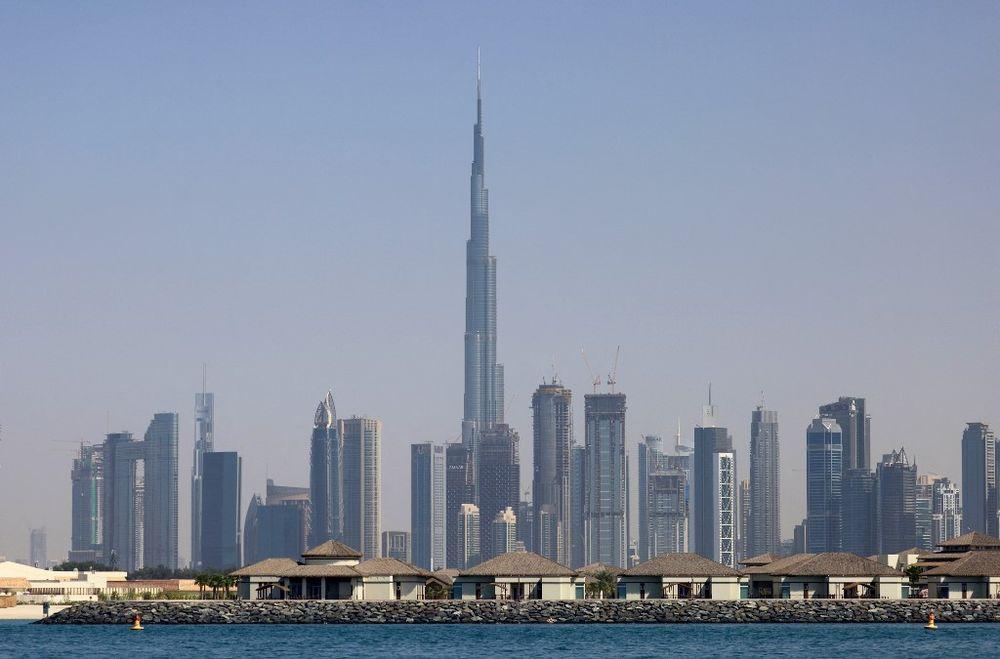 O horizonte do Emirado do Golfo de Dubai com Burj Khalifa (centro) em 3 de março de 2021.
