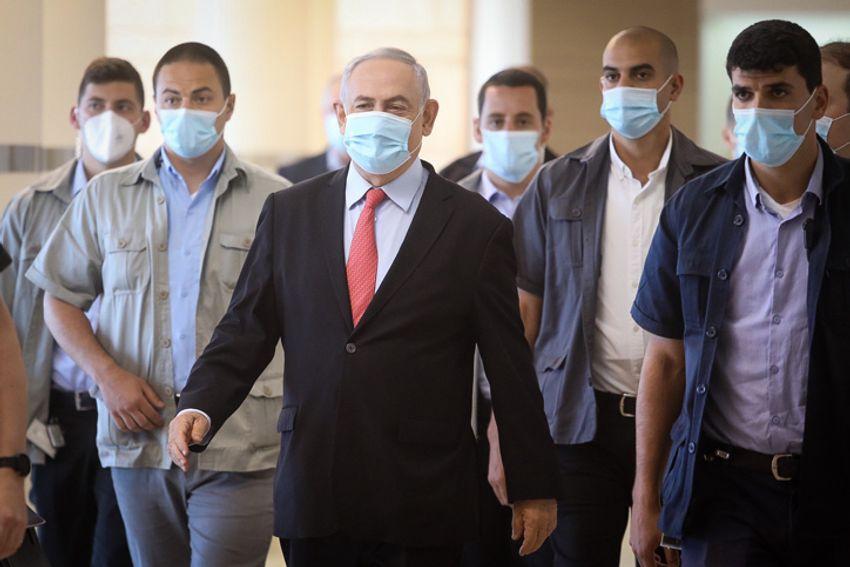 O primeiro-ministro israelense Benjamin Netanyahu chega a uma reunião do partido Likud no Knesset, o parlamento de Israel em Jerusalém, em 25 de maio de 2020.