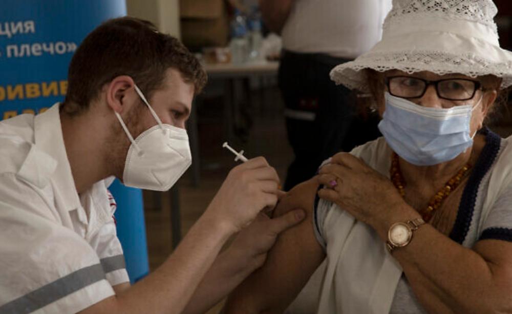 Une Israélienne reçoit une troisième injection de vaccin contre le coronavirus dans un centre pour personnes âgées à Jérusalem, le 4 août 2021.