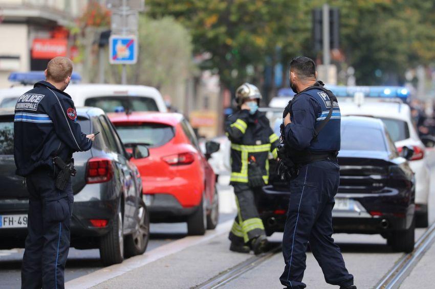 Des policiers et des pompiers se tenant près du lieu où s'est déroulée une attaque au couteau à Nice, le 29 octobre 2020.