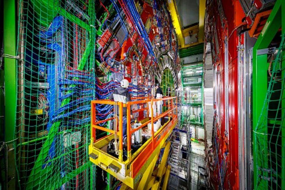 Les ingénieurs travaillent sur l'assemblage du détecteur Compact Muon Solenoid (CMS) dans un tunnel du Grand collisionneur de hadrons (LHC) à l'Organisation européenne pour la recherche nucléaire (CERN)