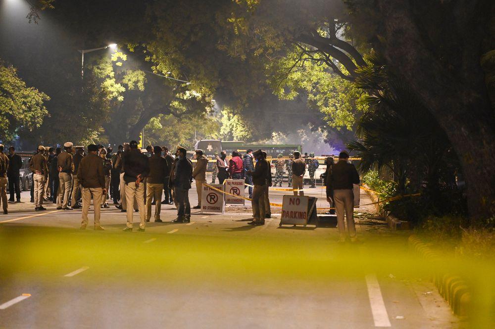 La police délimite une zone dans une rue après une explosion près de l'ambassade d'Israël à New Delhi le 29 janvier 2021