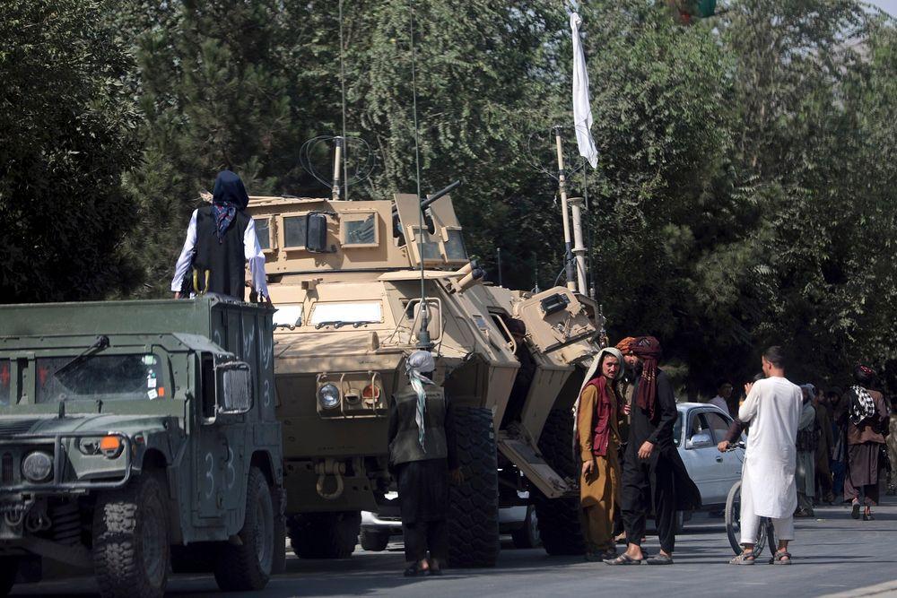 Des talibans montent la garde sur la route de l'aéroport international Hamid Karzai, à Kaboul, en Afghanistan, le 16 août 2021