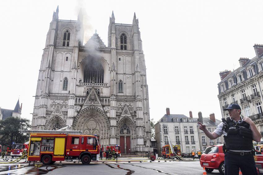 Les pompiers luttent contre un incendie déclaré à la cathédrale Saint-Pierre-et-Saint-Paul de Nantes, dans l'ouest de la France, le 18 juillet 2020
