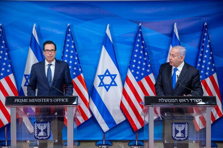 رئيس الوزراء الإسرائيلي بنيامين نتنياهو، ووزير الخزانة الأمريكي ستيفن منوشين