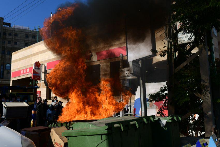 Affrontement entre la police et des orthodoxes lors d'une manifestation contre un ordre de confinement en raison du coronavirus, dans la ville de Bnei Brak, le 24 janvier 2021