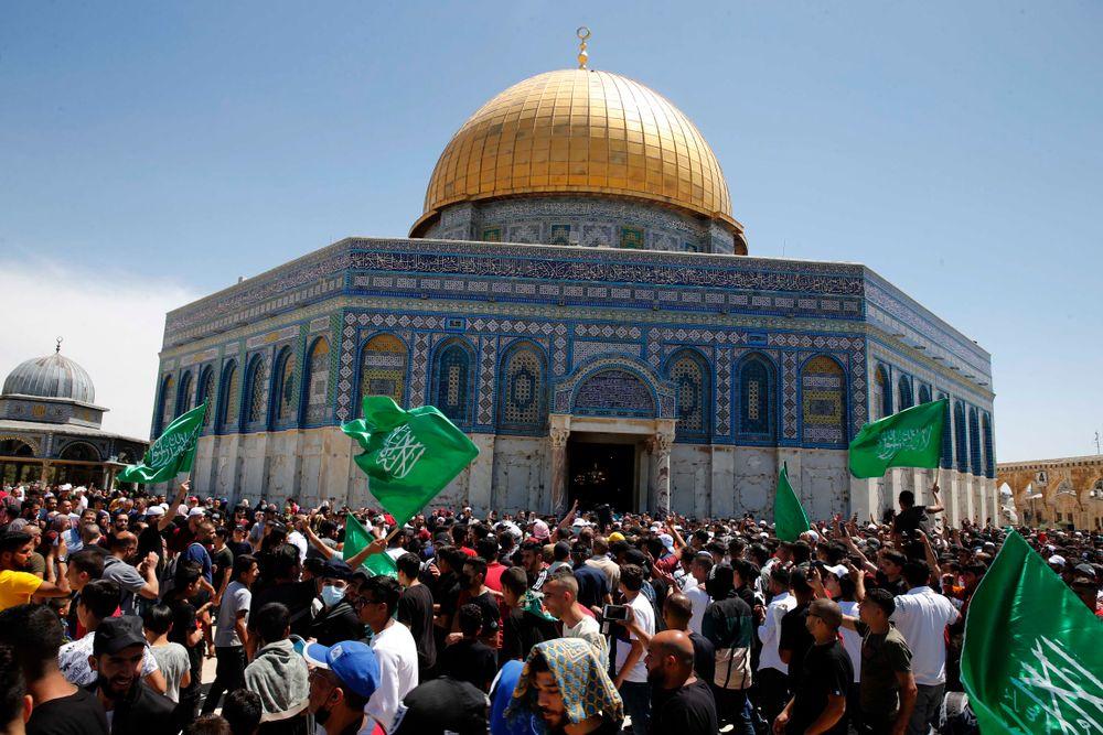 Drapeaux du Hamas brandis lors du dernier vendredi du Ramadan à Jérusalem, le 7 mai 2021
