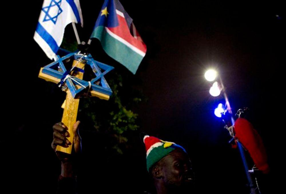 رجل من جنوب السودان يحمل علم إسرائيل وجنوب السودان أثناء احتجاجه على قرار الحكومة الإسرائيلية بترحيل 700 طالب لجوء من جنوب السودان إلى جنوب السودان بحلول نهاية مارس ، في تل أبيب ، إسرائيل ، السبت ، 17 مارس ، 2012