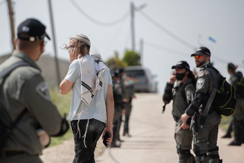 """ARQUIVO - Policiais de fronteira israelenses vistos durante a demolição de seis estruturas construídas ilegalmente no posto avançado de """"Komi Ori"""", fora do assentamento judaico de Yitzhar, na Cisjordânia, em 22 de abril de 2020."""