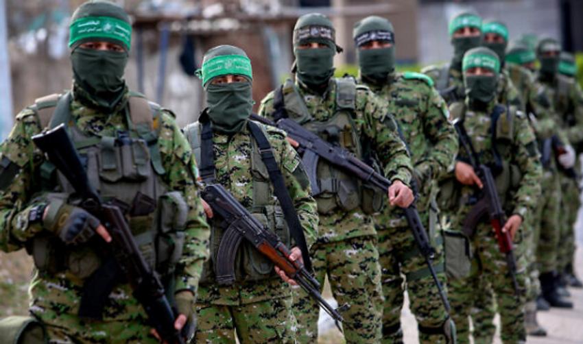Des membres palestiniens des Brigades Izz ad-Din al-Qassam, la branche armée du mouvement Hamas, vus lors d'une patrouille à Rafah, dans le sud de la bande de Gaza le 27 avril 2020.