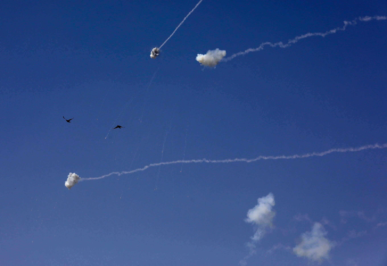 Des missiles d'interception israéliens du système de défense Iron Dome au-dessus de la ville de Sderot dans le sud d'Israël le 13 novembre 2019