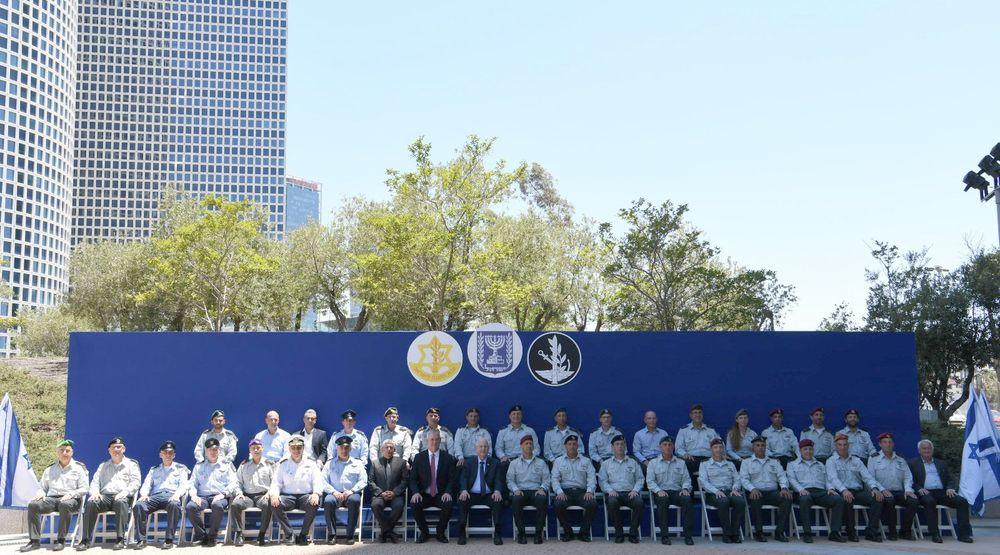 O presidente Reuven Rivlin (sentado ao centro) é flanqueado pelo Ministro da Defesa Benny Gantz (sua direita imediata) e o Chefe de Gabinete das FDI, Tenente-General.  Aviv Kohavi (sua esquerda imediata) e altos funcionários das FDI na base militar Kirya em Tel Aviv em 6 de julho de 2021.