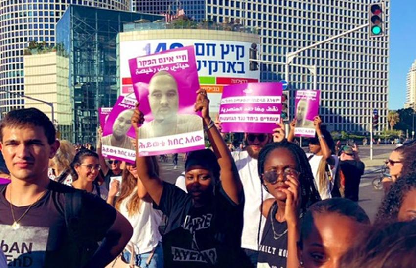 Des manifestants sont rassemblés à Tel Aviv après le décès de Salomon Tikka, un jeune israélien d'origine éthiopienne tué par un policier, le 2 juillet 2019