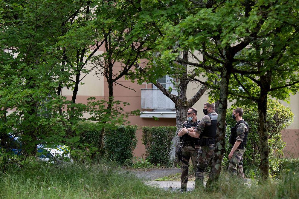 Des gendarmes de l'unité PSIG lors d'une perquisition dans l'appartement d'un suspect après une attaque au couteau qui a grièvement blessé une policière de La Chapelle-sur -Erdre, près de Nantes, le 28 mai 2021