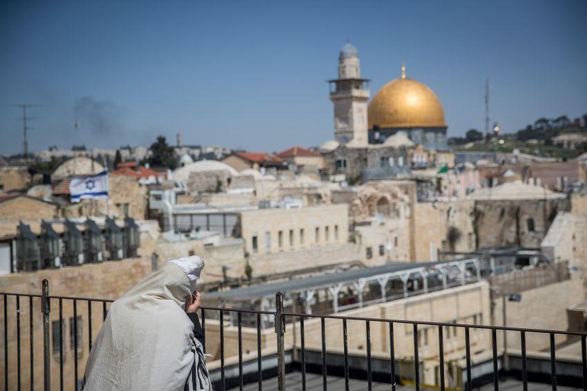 Um judeu ora fora do Muro das Lamentações, o local de oração mais sagrado do judaísmo na Cidade Velha de Jerusalém