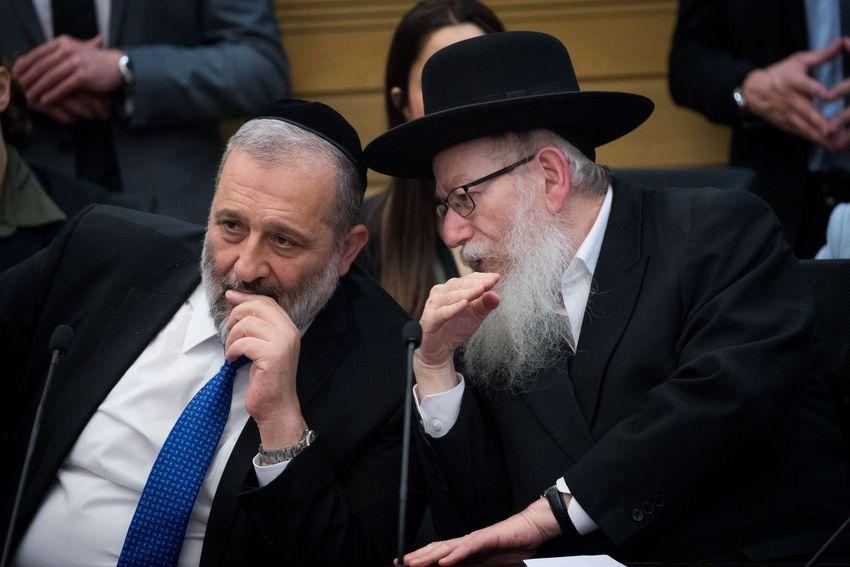 O Presidente do Partido Shas e Ministro do Interior, Aryeh Deri (L) e Yaakov Litzman, líder do Judaísmo da Torá Unificada em uma reunião de líderes do partido de direita, 4 de março de 2020