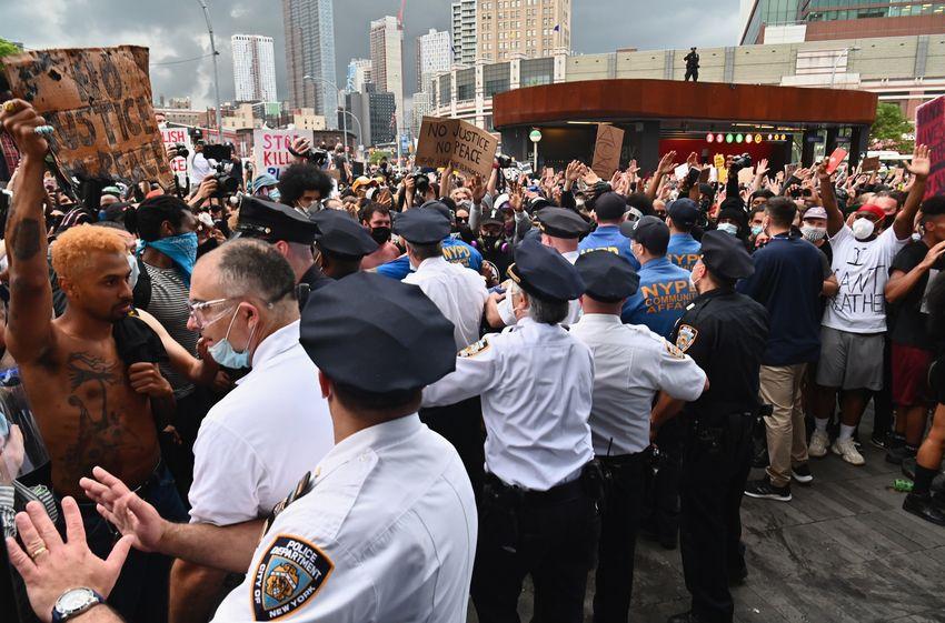 """Des policiers tentent de bloquer des protestataires réunis lors d'une manifestation """"Black Lives Matter"""" près du Barclays Center le 29 mai 2020 dans le quartier de Brooklyn à New York"""
