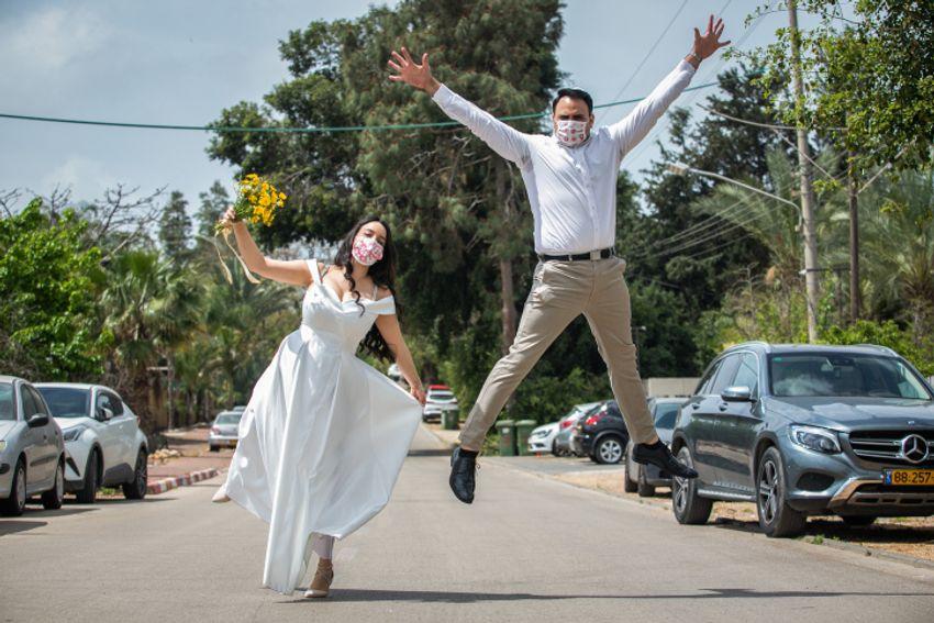 Gal Sade Knigsfild e Nofar Almakias posam para uma foto antes do casamento em Moshav Yashresh em 6 de abril de 2020