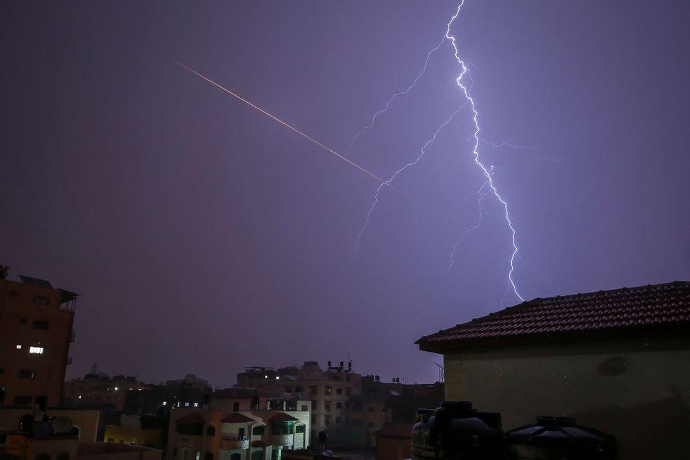 Cette photo prise depuis la ville de Gaza montre une roquette tirée sur Israël