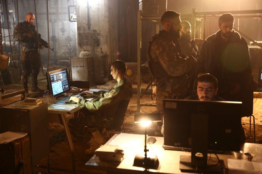 """Os atores desempenham seus papéis durante uma cena no set do popular programa de TV de Israel """"Fauda"""", em Tel Aviv, Israel, em 30 de maio de 2019."""