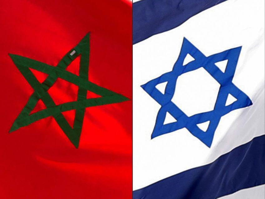 العلم الإسرائيلي (يمين)، والعلم المغربي (يسار).