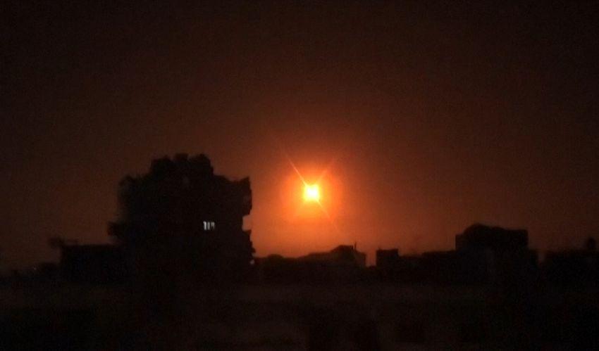 Une explosion à la suite d'une frappe aérienne sur un lieu non divulgué en Syrie, le 6 février 2020